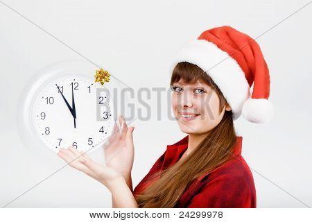 Garota atraente com um relógio