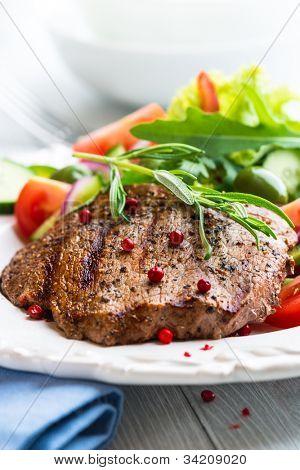 Filete de ternera a la plancha con verduras frescas