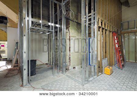 Estructura de postes metálicos de espacio comercial