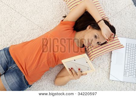 Teenager-Mädchen verliebt Tagträumen zu Hause, am Boden, von oben ansehen.