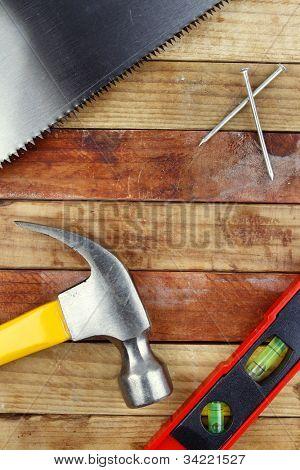diverse Anbaugeräte auf Holz