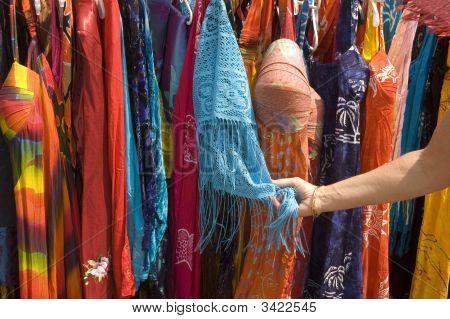 Admirando a vendedores ambulantes de ropa de mujer