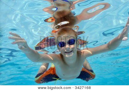 Jungen spielen im Swimmingpool