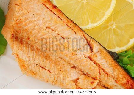 Filete de salmón a la parrilla grande sobre plato blanco