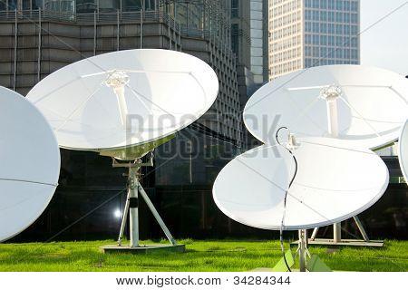Foto de receptores de tecnología de espacio de plato de satélite parabólica
