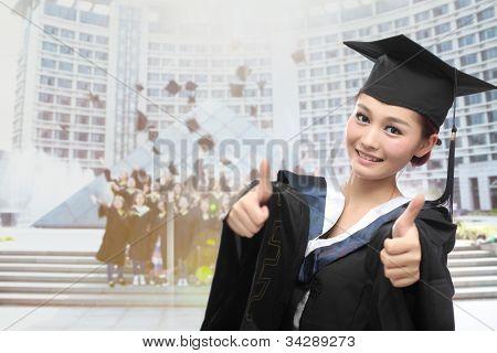 asiatische Absolvent mit großer Daumen