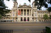 Постер, плакат: Музей этнографии напротив парламента Будапешт Венгрия