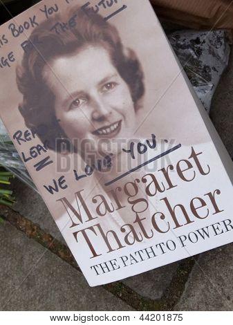 Londen - UK, 08 April: Bloemen en berichten voor Margaret Thatcher verblijf op Chester Squ