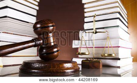 Livros de direito e martelo de madeira juízes