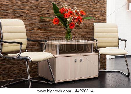 ramo de flores sobre una mesa en una oficina moderna