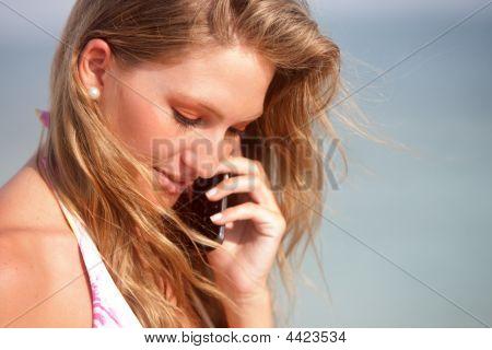 Bikini mujer en el teléfono