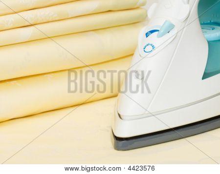 Bügeleisen und Kleidung