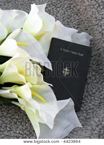Libro de oraciones y seda lirio