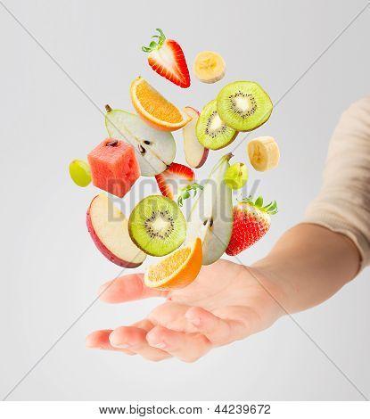 Постер, плакат: Легкий салат с летающими свежие фрукты, холст на подрамнике