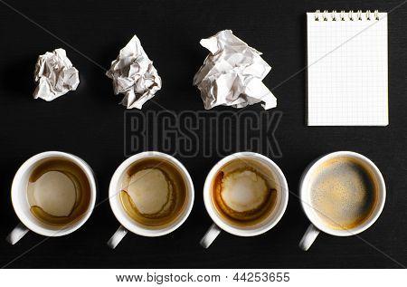 horário de trabalho. vazio e cheio de xícaras de café fresco com teclado e notebook, vista de cima