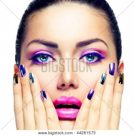 Schönheit Make-up. Lila Make-up und bunten helle Nägel. Schöne Mädchen Nahaufnahme Portrait