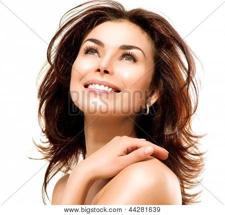 Mujer de belleza. Hermosa joven mujer tocando su piel. Retrato aislado sobre fondo blanco. Salud