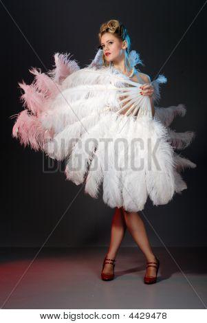 Artista de Burlesque con abanico de plumas de avestruz