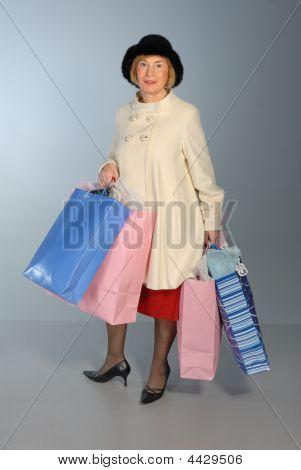 Atraente mais velha senhora exploração sacolas