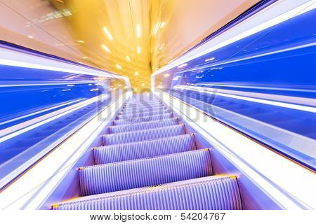 Movement of diminishing hallway escalator