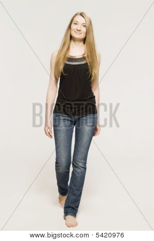 Chica joven y rubia vestida con tapa negra