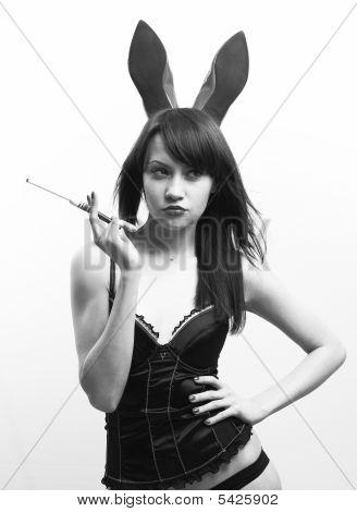 Joven mujer seductora con orejas de conejo