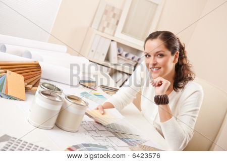 Joven mujer Interior Designer en oficina