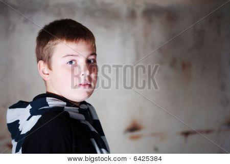 Boy über die Schulter gegen Grunge hintergrund leuchtet mit 3 blinkt