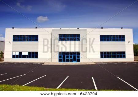 weiße Coporate Bürogebäude zu vermieten