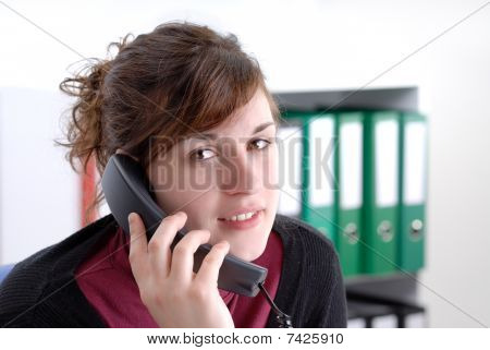 Joven empresaria en el teléfono