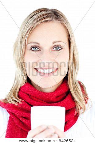 Retrato de una mujer sonriente con una copa en el invierno