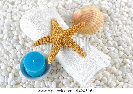 Tropical setting on white pebbles