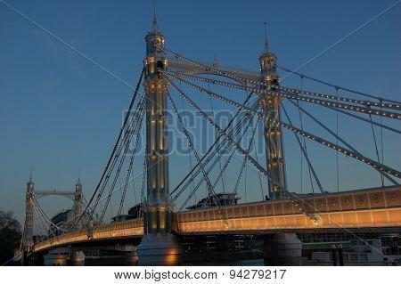 Albert Bridge in the evning.