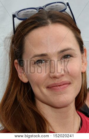 LOS ANGELES - OCT 16:  Jennifer Garner at the ALS Association Golden West Chapter Los Angeles County Walk To Defeat ALS at the Exposition Park on October 16, 2016 in Los Angeles, CA