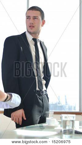 Empresario joven solo en la sala de conferencias
