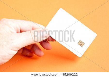 Ein Mann hält eine leere Smartcard