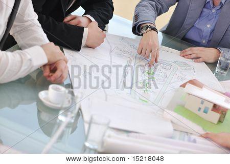 Equipe do negócio do arquiteto na reunião