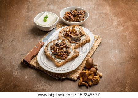 toasted bread with cheese and mushroom