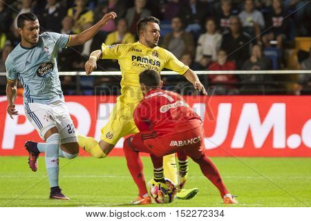 VILLARREAL, SPAIN - OCTOBER 16th: (L) Cabral, (C) Sansone, 1 Sergio during La Liga soccer match between Villarreal and Celta de Vigo at El Madrigal Stadium on October 16, 2016 in Villarreal, Spain