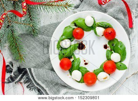 Christmas appetizer - Christmas wreath caprese salad holiday recipe