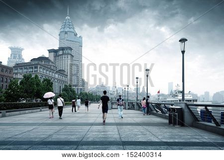 Storm is coming, the pedestrian street of Shanghai Bund and tourists.