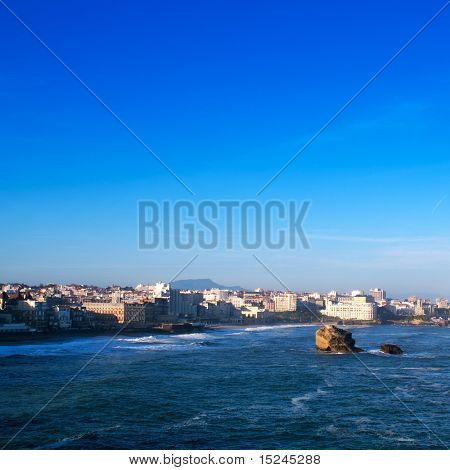Meer und Stadt, blauer Himmel