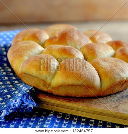 Old Fashioned Pan Buns: Circle of buns on wooden board with blue check napkins.