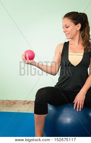 Biceps exercise with small medicine ball, toned image