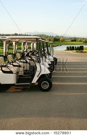 Linha de carrinhos de golfe