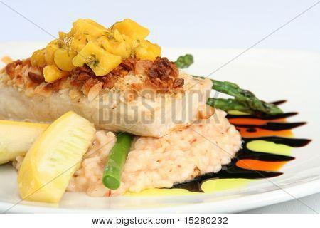 Постер, плакат: Блюда высокой кухни макадамия коркой Махи Махи с сальсой из манго на ризотто , холст на подрамнике