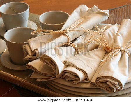 Teetassen und Servietten im Bistro.