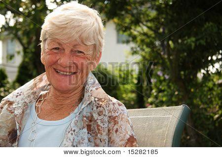 Lächelnd stilvolle Dame in ihren 60er Jahren.