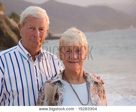 Happy senior Couple am Strand.