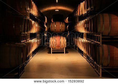 Weinfässer gestapelt in einem Keller. Auch erhältlich in vertikalen.